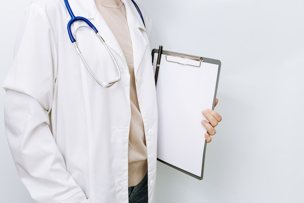 Medico di medicina si chiuda in camice bianco con lo stetoscopio.