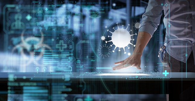 Medico di scienza medica che lavora con il computer moderno nell'interfaccia utente del segno del virus al laboratorio o all'ospedale.