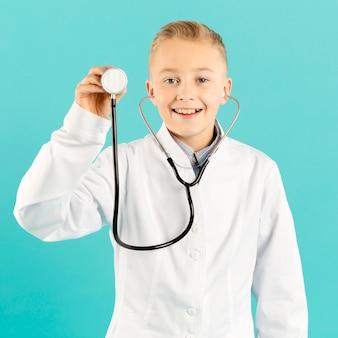 Medico di vista frontale che mostra stetoscopio