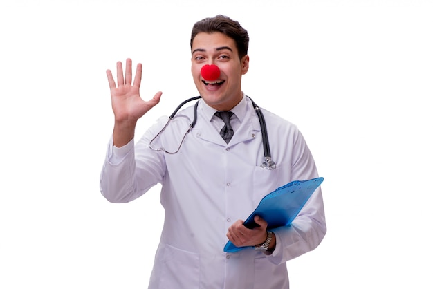Medico divertente del pagliaccio isolato sul bianco