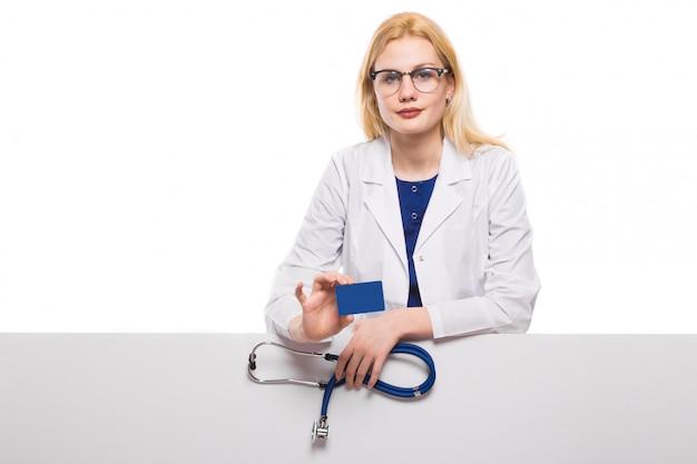 Medico donna con stetoscopio e biglietto da visita