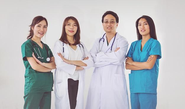 Medico e infermiera professionale in piedi