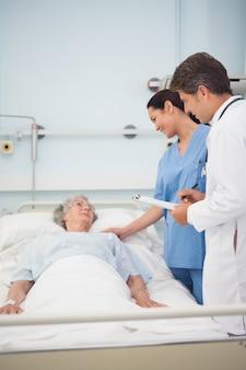 Medico e infermiere a parlare con un paziente