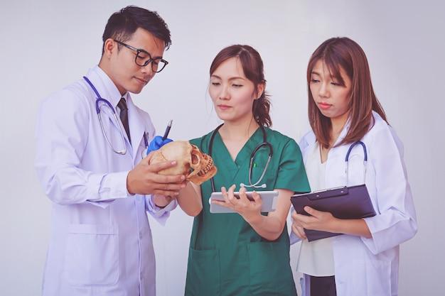Medico e infermiere che controllano le informazioni sul paziente su un dispositivo tablet