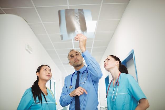 Medico e infermiere che esaminano raggi x