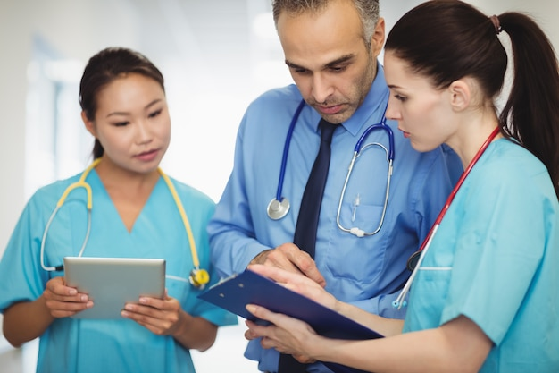 Medico e infermiere guardando appunti