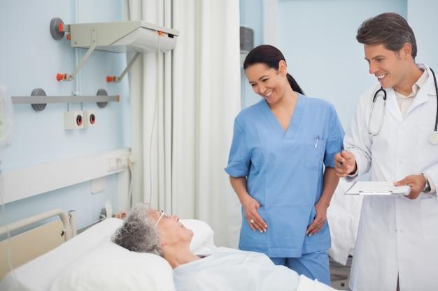 Medico e infermiere sorridenti ad un paziente