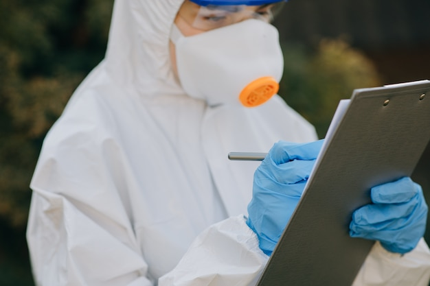Medico epidemiologo in lotta con il coronavirus covid-19. protezione da coronavirus pandemia minaccia covid-19.