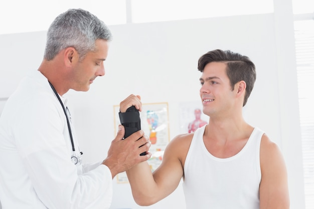 Medico esaminando un polso da uomo