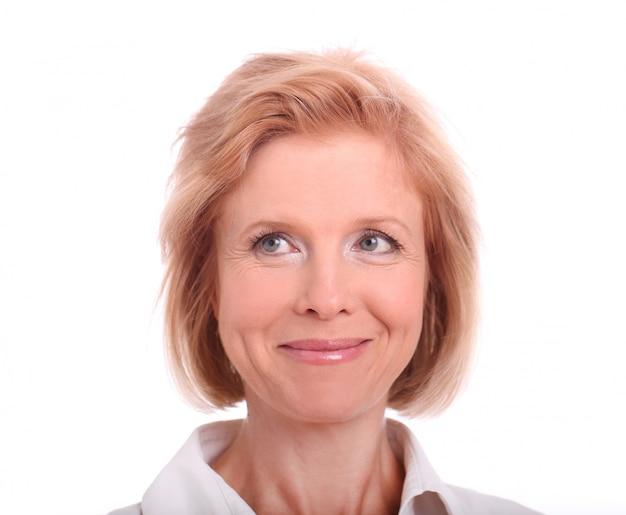 Medico felice sorridente che indica con la barretta su bianco