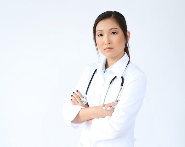 Medico femminile asiatico che posa, specialista della medicina