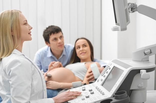 Medico femminile che esamina schermo nel centro medico