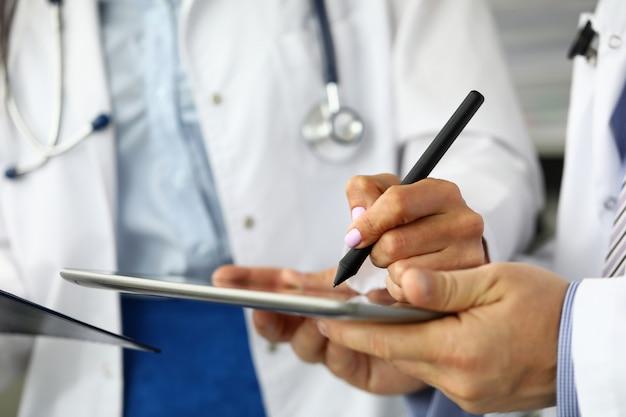 Medico femminile che fa le note elettroniche in pc del ridurre in pani