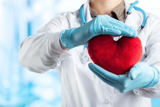 Medico femminile con il cuore della tenuta dello stetoscopio