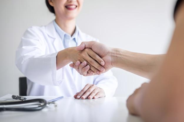 Medico femminile professionista in camice che stringe la mano con il paziente dopo i metodi di trattamento raccomandati successo dopo i risultati sulla malattia di problema, sulla medicina e sul concetto di sanità