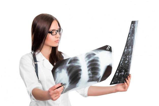 Medico guardando i raggi x