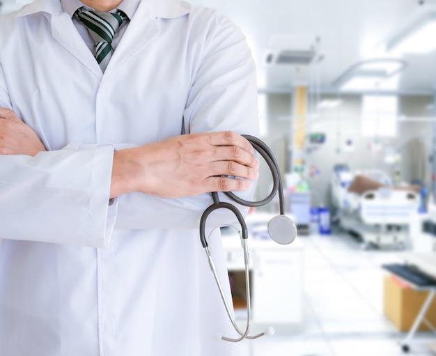 Medico il dottore in ospedale