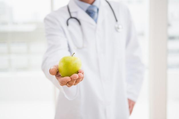 Medico in possesso di una mela
