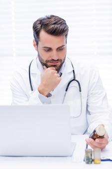 Medico maschio che controlla medicina