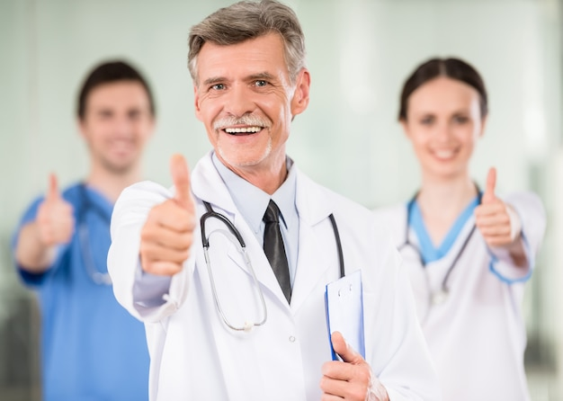 Medico maschio con sorridere dei colleghi.