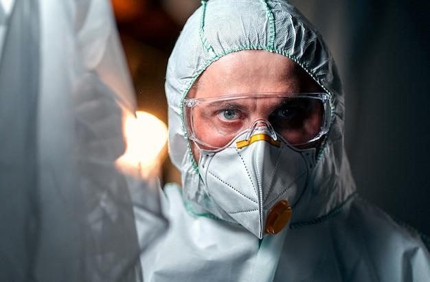 Medico maschio in una tuta protettiva