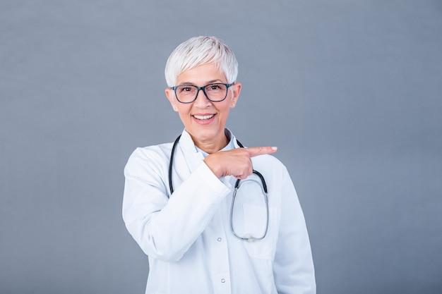 Medico maturo femminile con lo stetoscopio