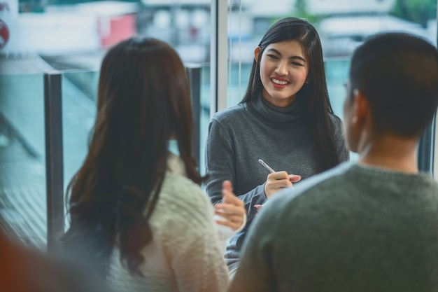 Medico professionista dello psicologo della donna asiatica che dà il consulto ai pazienti degli amanti