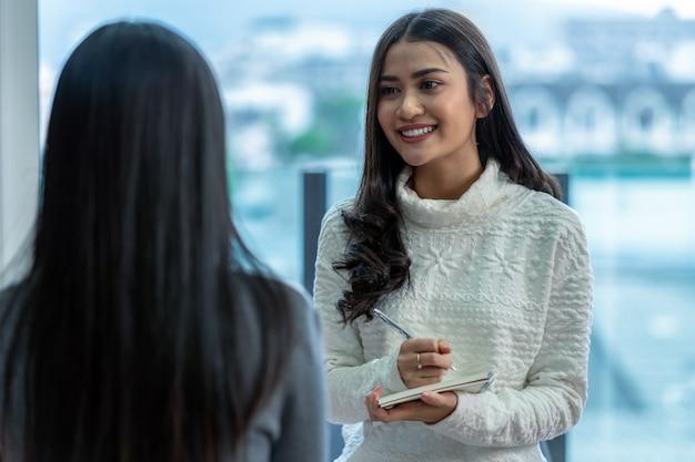 Medico professionista dello psicologo della donna asiatica che fornisce il consulto alle pazienti femminili