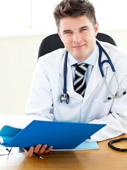 Medico selfassured che legge un rapporto