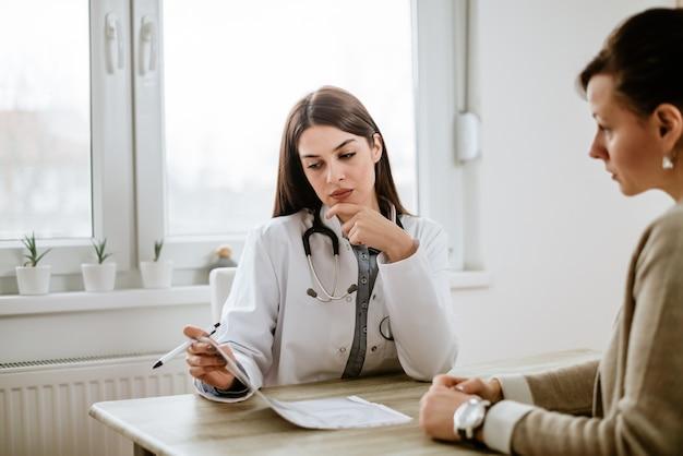 Medico serio che discute i risultati dei test con il paziente.