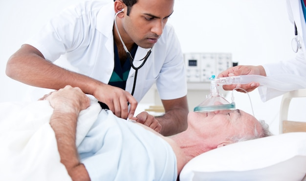 Medico serio che rianima un paziente