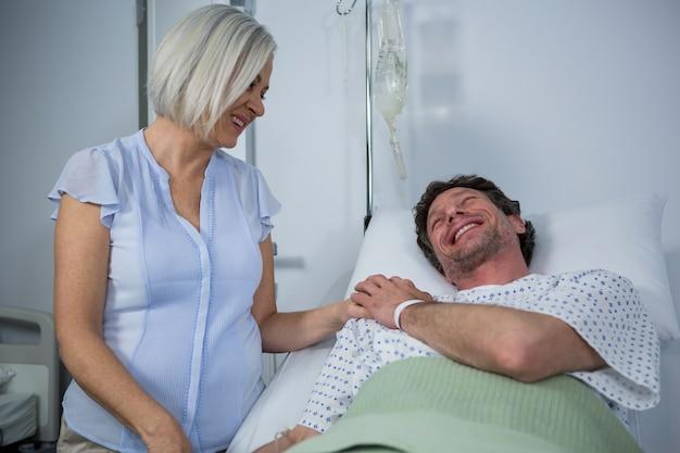 Medico sorridente che consola un paziente