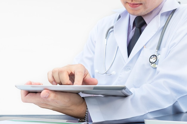 Medico sta lavorando con tablet su sfondo bianco