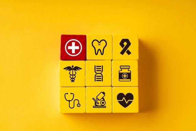 Medico su puzzle per assistenza sanitaria globale