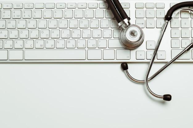 Medico sul posto di lavoro con uno stetoscopio