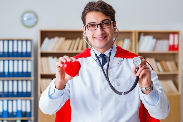 Medico supereroe che lavora nel laboratorio dell'ospedale