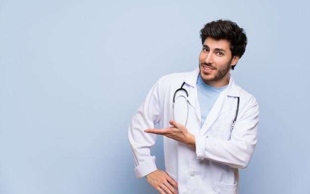 Medico uomo che estende le mani a lato per invitare a venire