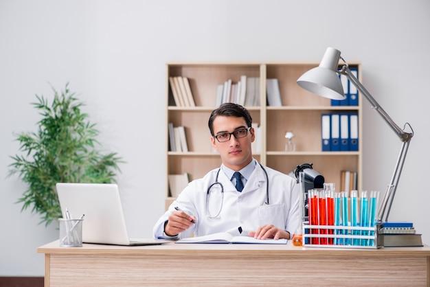 Medico uomo che lavora in laboratorio