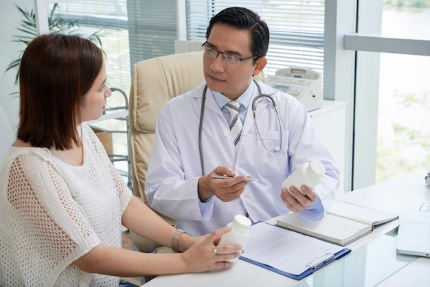 Medico visita donna graziosa