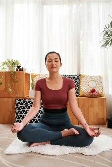 Meditare donna vietnamita