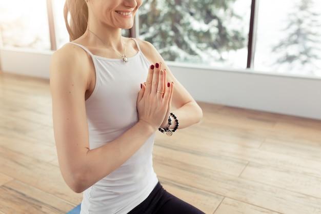 Meditazione di pratica della giovane donna all'interno