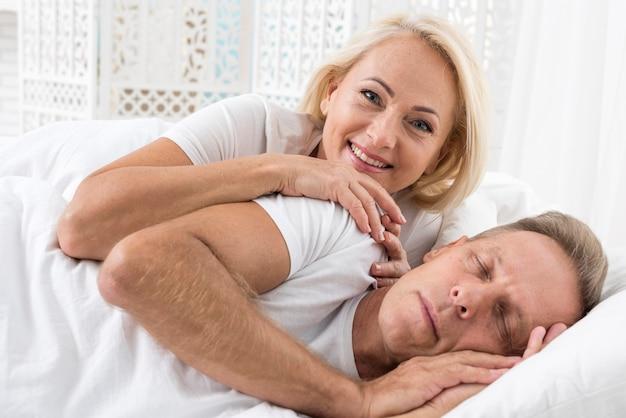 Medium shot coppia carina in camera da letto