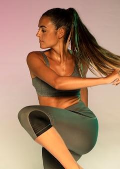 Medium shot donna in abiti sportivi