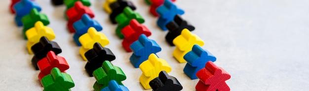 Meeple pezzi del gioco da tavolo allineati