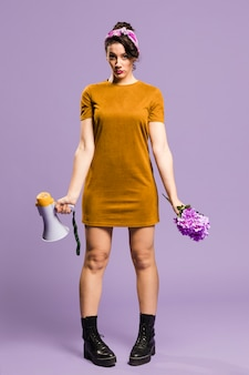 Megafono e fiori di condizione e della tenuta della donna