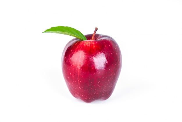 Mela rossa con foglia verde su sfondo bianco.