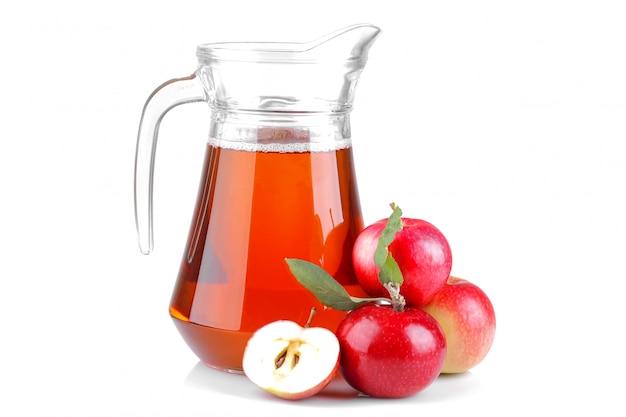 Mela rossa e succo di mela in un barattolo su sfondo bianco isolato