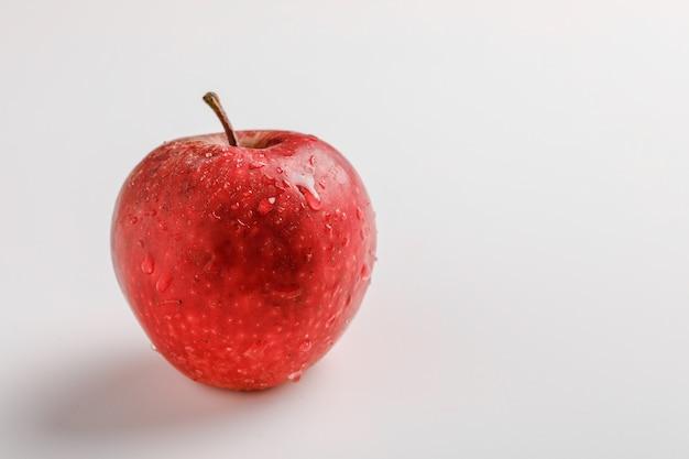 Mela rossa fresca su fondo bianco
