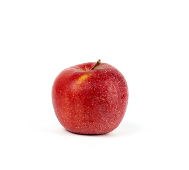 Mela rotonda rossa matura su bianco, raccolto di autunno