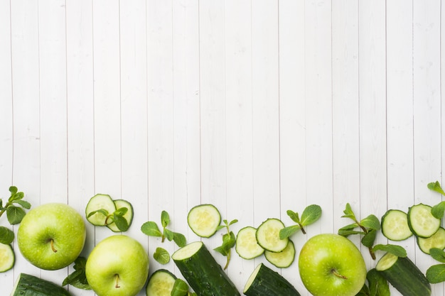 Mela verde cetriolo apple sul tavolo.
